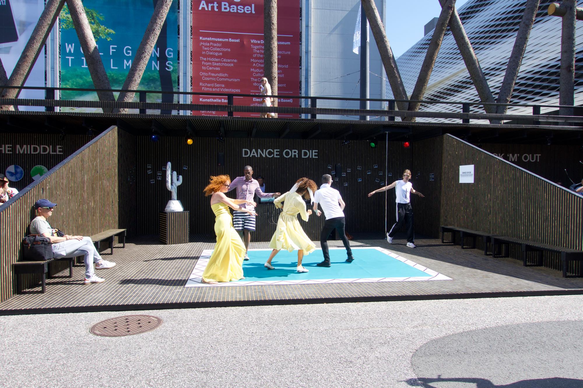 In der Installation «Fun Fair» auf dem Messeplatz kann man sich zum Tanz-Aff machen lassen.