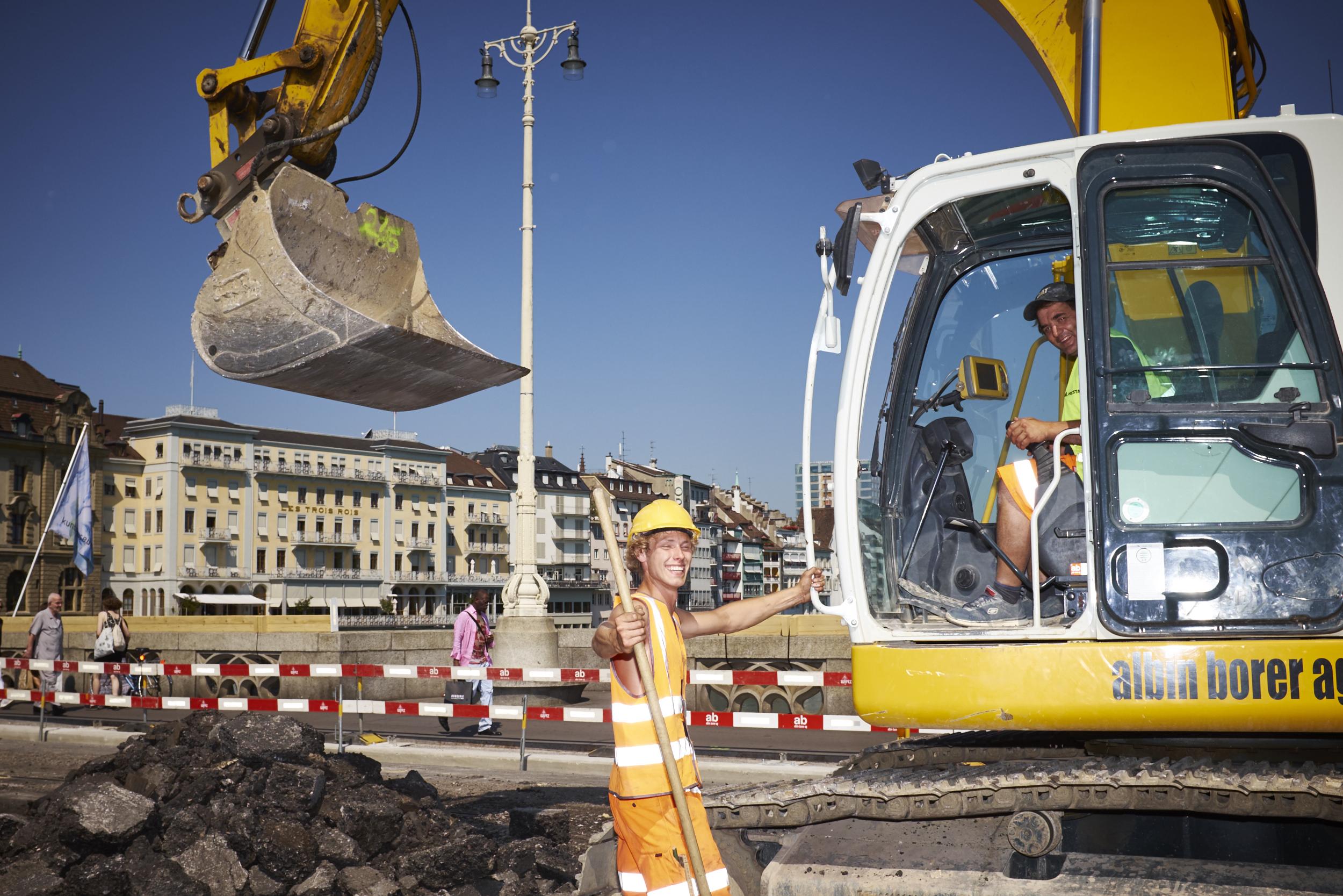 Sinnbildlich für die Stimmung am ersten Tag der Grossbaustelle: Gut gelaunte Bauarbeiter auf der Mittleren Brücke.