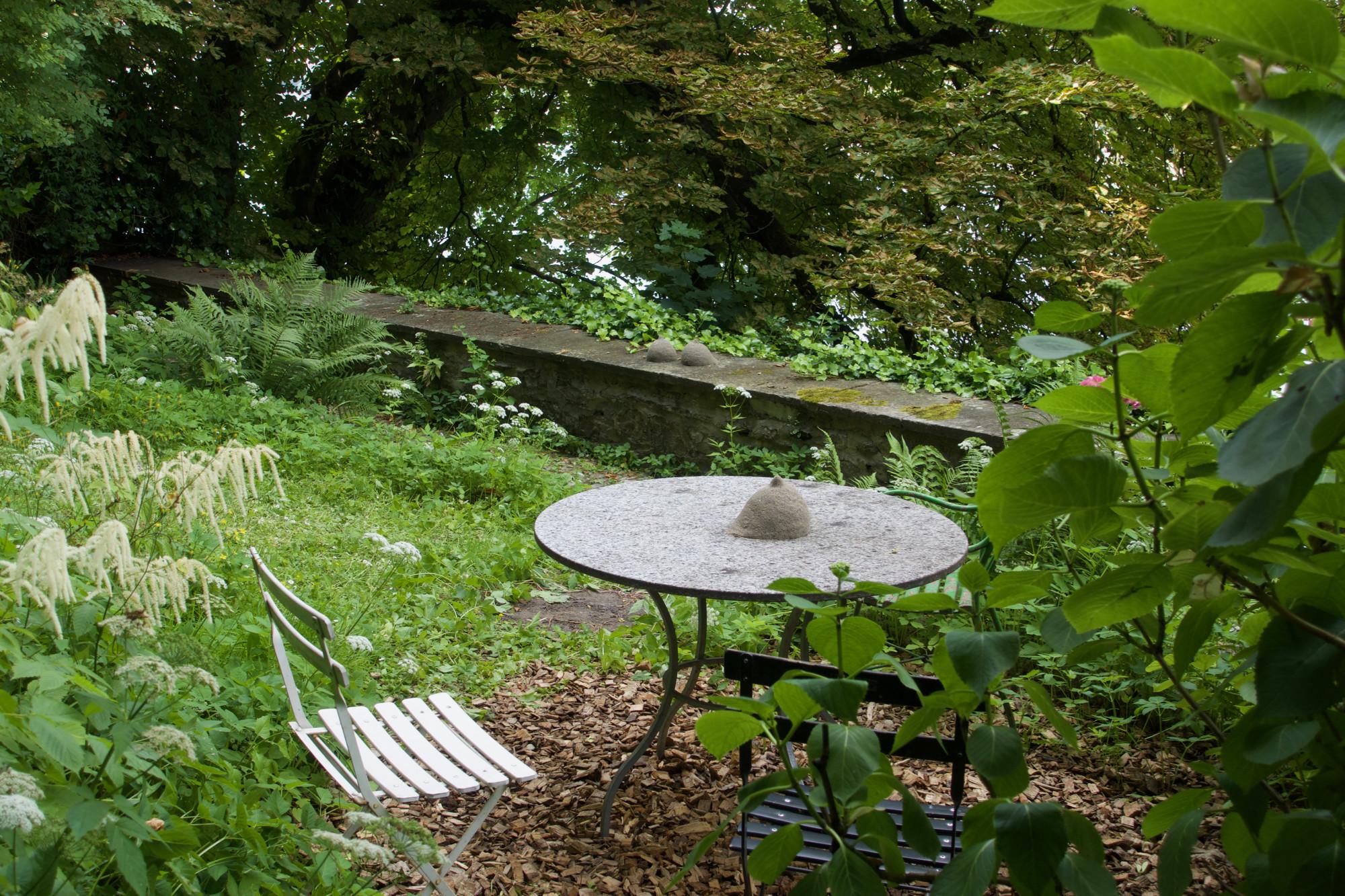 Brüste auf der Brüstung, Brust auf dem Tisch. Bizarre Überraschungen von Lena Henke im Garten der Lesegesellschaft.