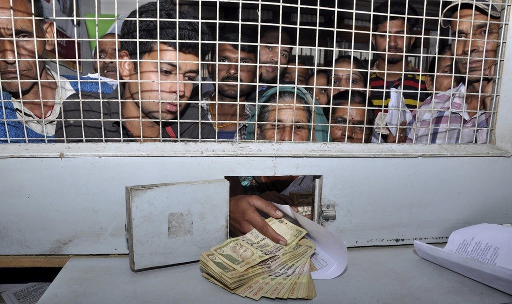 epa05625261 People stand in queue to exchange Indian rupee notes at a national bank in the north Indian hill town Dharamshala