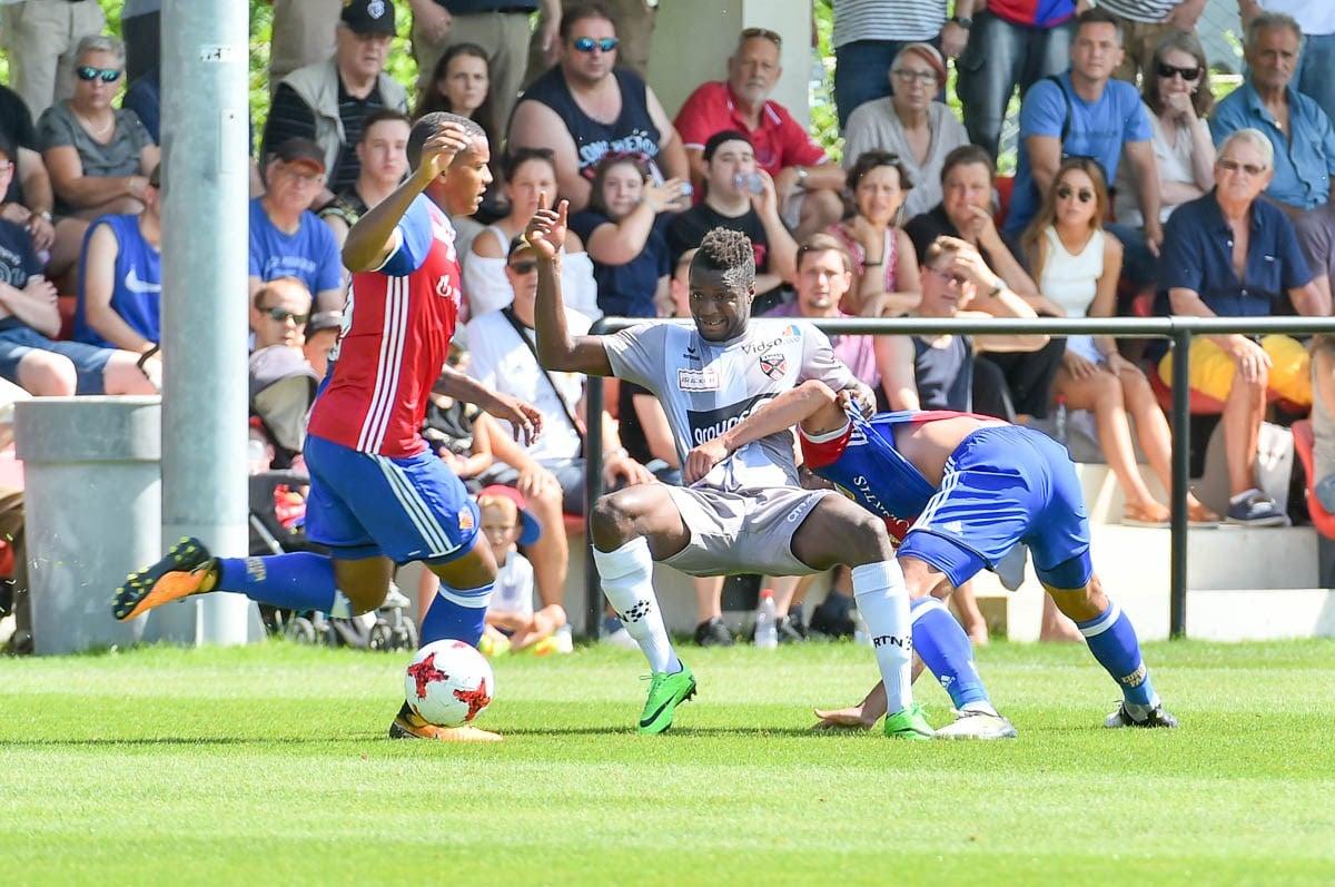 Manuel Akanji ist beim dritten Testspiel vor der Saison 2017/18 Teil der Dreierkette beim FC Basel.