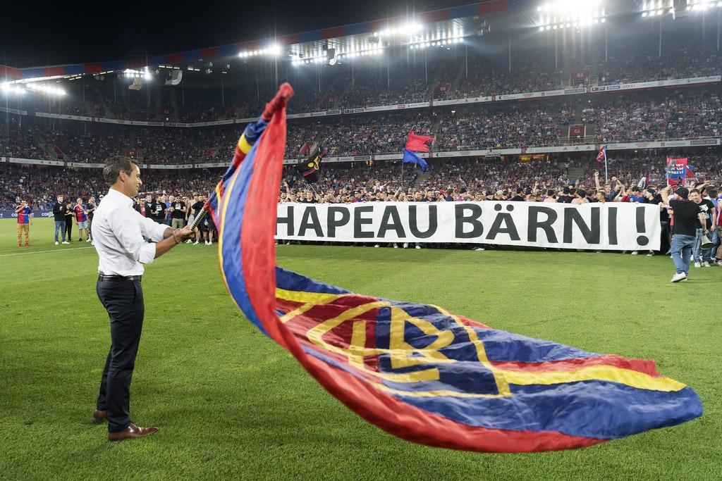 Der Basler Praesident Bernhard Heusler schwingt vor den Fans der Muttenzer Kurve die FCB-Fahne, mitten im Fussball Meistersch