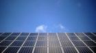 ARCHIV - Eine Solaranlage ist am 01.04.2013 in Salzbergen im Landkreis Emsland (Niedersachsen) vor blauem Himmel auf einem Da