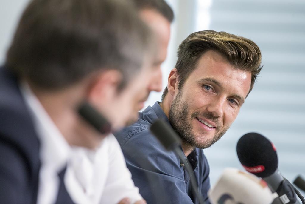 FCB-Praesident Bernhard Burgener, Sportdirektor Marco Streller und Cheftrainer Raphael Wicky, von links, sprechen waehrend de