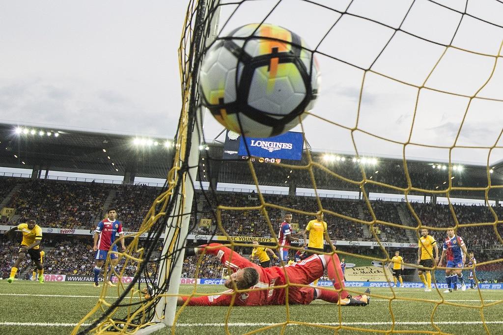 Der Berner Yoric Ravet trifft gegen Basels Goalie Tomas Vaclik zum 1:0 im Fussball Meisterschaftsspiel der Super League zwisc