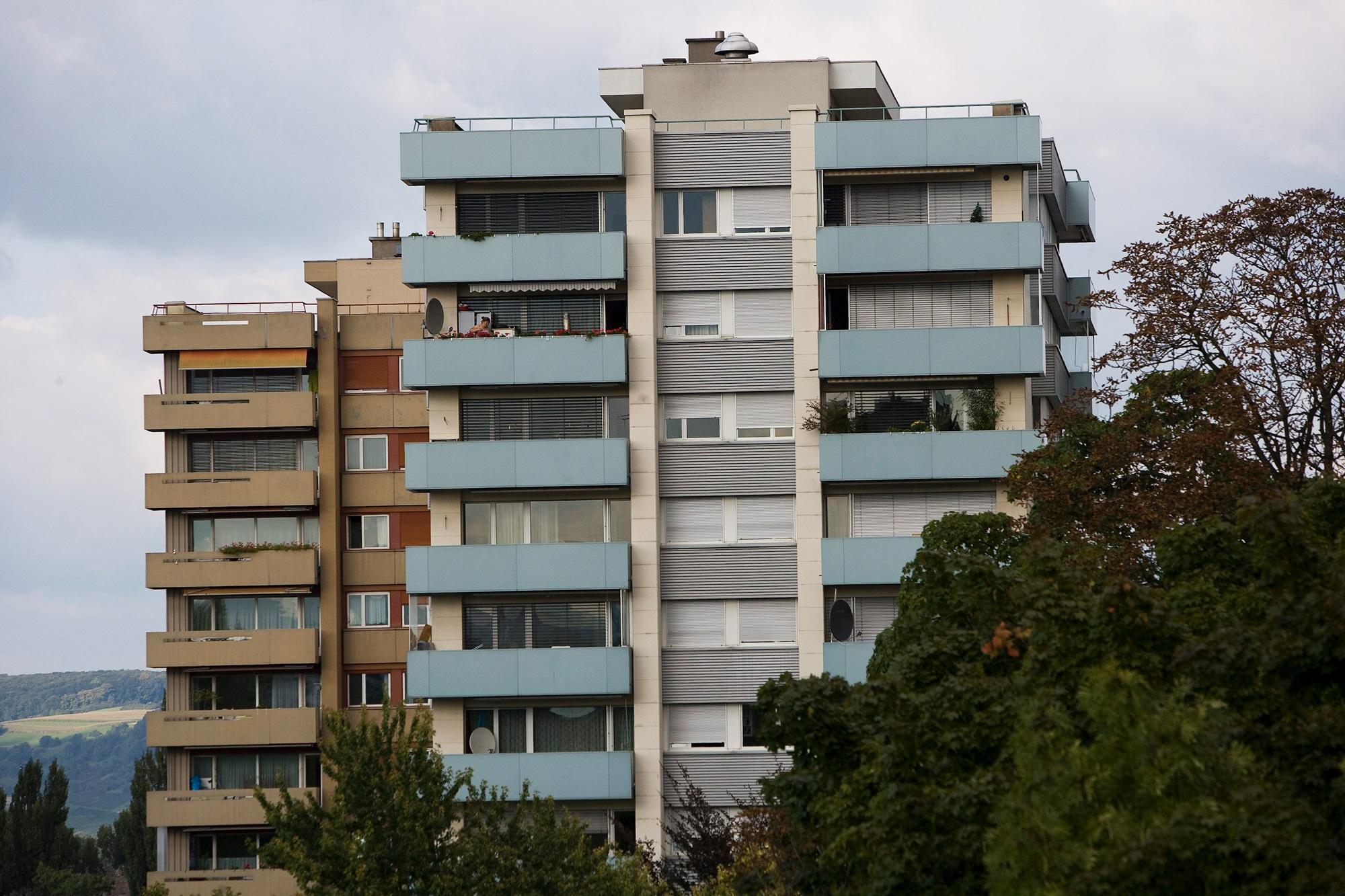 Zwei Mehrfamilienhauser, fotografiert am Dienstag, 23. September 2008 in Basel. Am kommenden Abstimmungssonntag, 28. Septembe