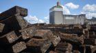 Die Rhenus AG lagert im Kleinhüninger Hafen seit Monaten belastete Eisenbahnschwellen. Angrenzende Gewerbler machen sich Sor