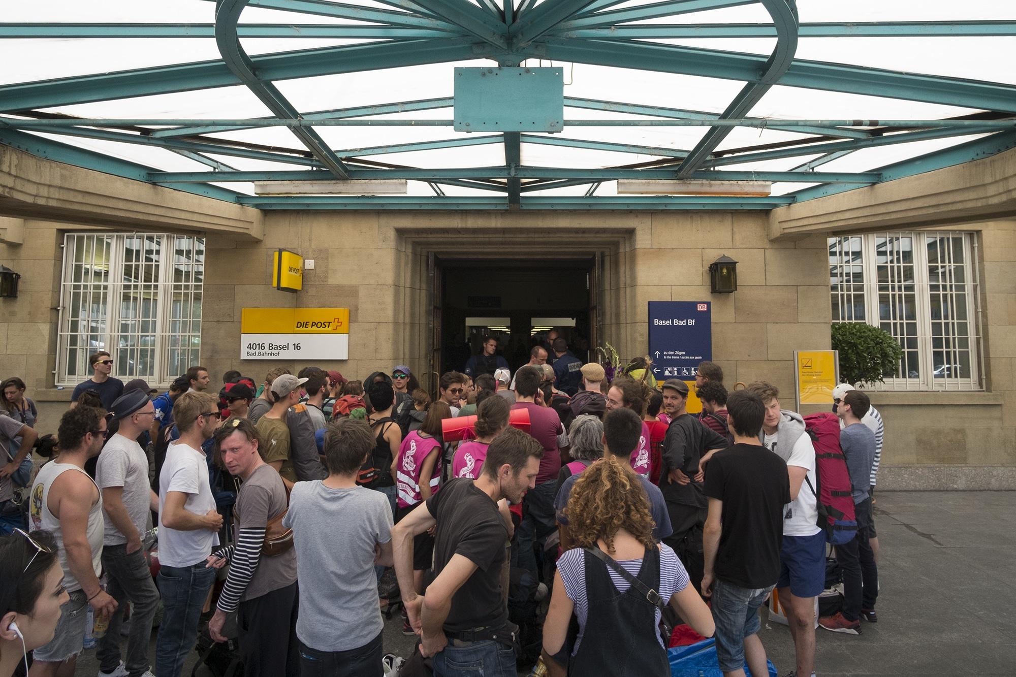 Stundenlang festgehalten: G20-Kritiker am Badischen Bahnhof.