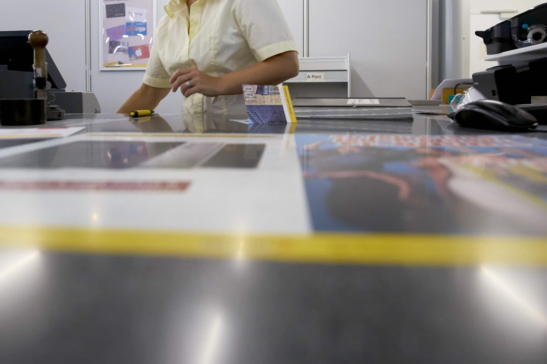 Hinter den Schaltern der Poststelle am Claraplatz stehen Veränderungen an, sehr zum Nachteil von Angestellten mit schulpflic