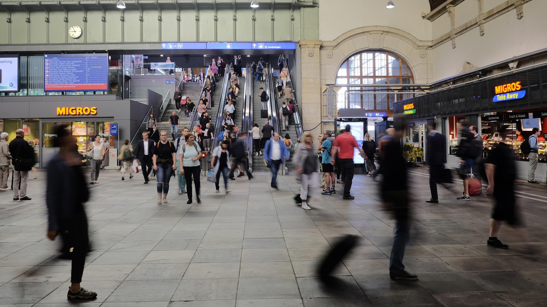 Für einmal ungehinderte Sicht in die Haupthalle. Zu Hauptverkehrszeiten ist sie vor lauter Menschen kaum zu sehen.