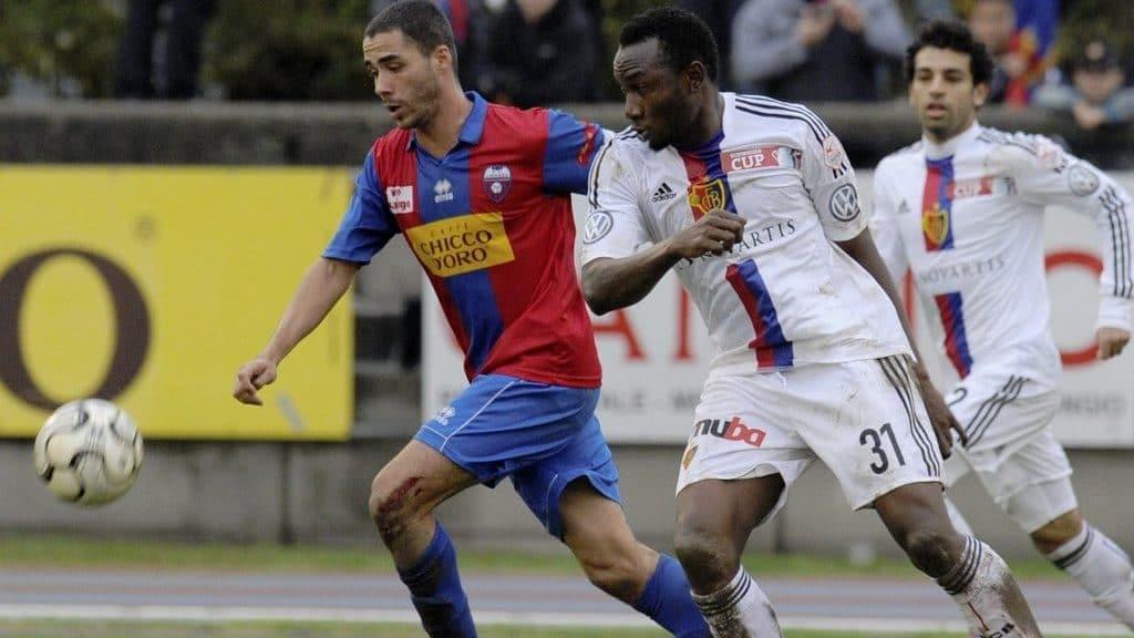 Basels Jacques Zoua Daogari, rechts, kaempft um den Ball gegen Chiassos Henri Siquera Barras, links, im 1/16 Final des Schwei