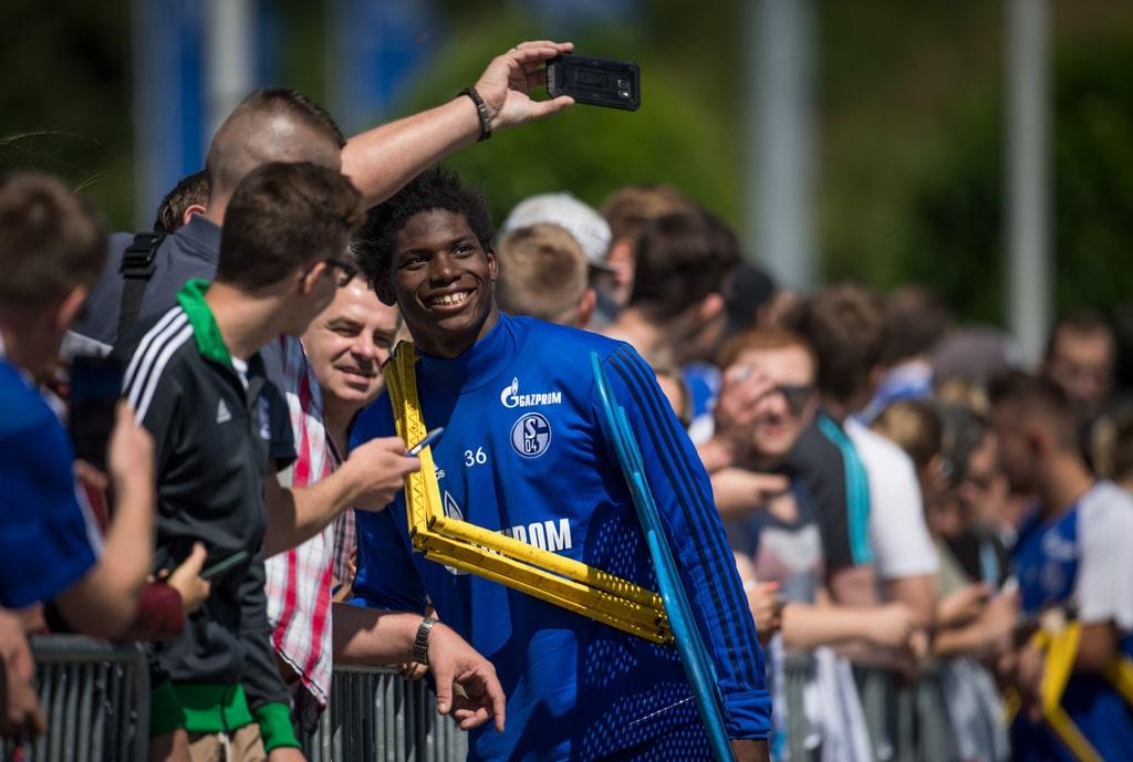 Fußball: Bundesliga, Trainingsauftakt FC Schalke 04 am 03.07.2017 in Gelsenkirchen. Breel Embolo trägt Trainingsutensilien