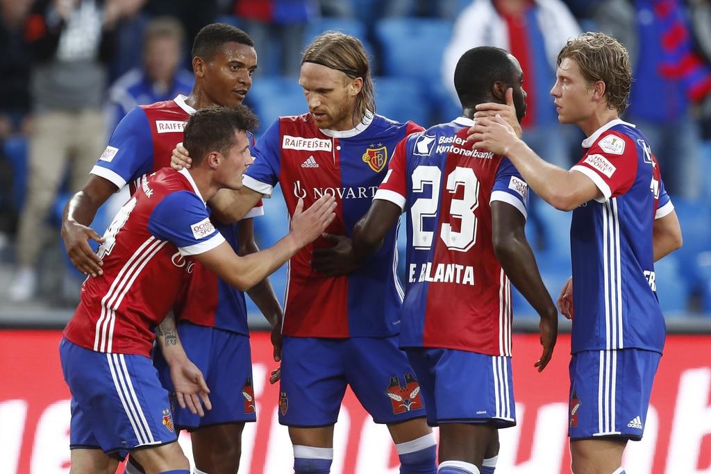 Der Basler Taulant Xhaka, links, jubelt mit seinen Teamkollegen nach seinem Tor zum 1-0 im Super League Spiel zwischen dem FC