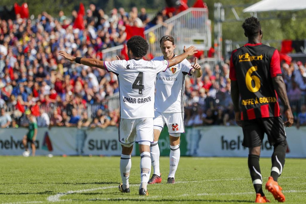 Die Basler Luca Zuffi, rechts, und Omar Gaber, links, feiern das 0-2, waehrend dem Schweizer Cup Fussballspiel zwischen dem F