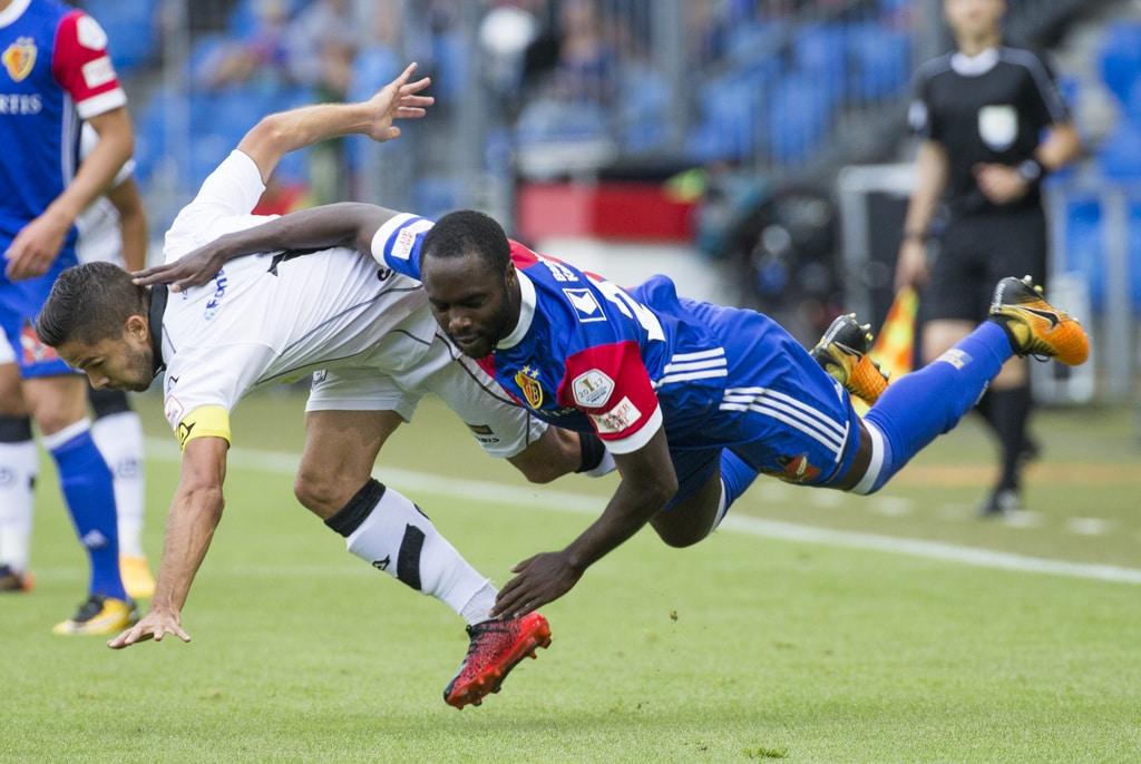 Der Luganese Jonathan Sabbatini, links in Zweikampf mit dem Basler Eder Balanta, rechts, im Fussball Meisterschaftsspiel der
