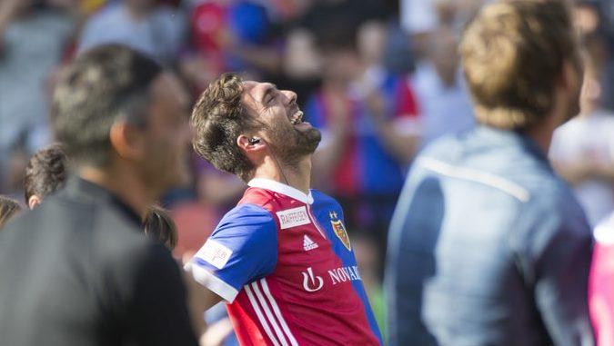 Matias Delgado lacht bei seinem Abschied nach dem Fussball Meisterschaftsspiel der Super League zwischen dem FC Basel 1893 un