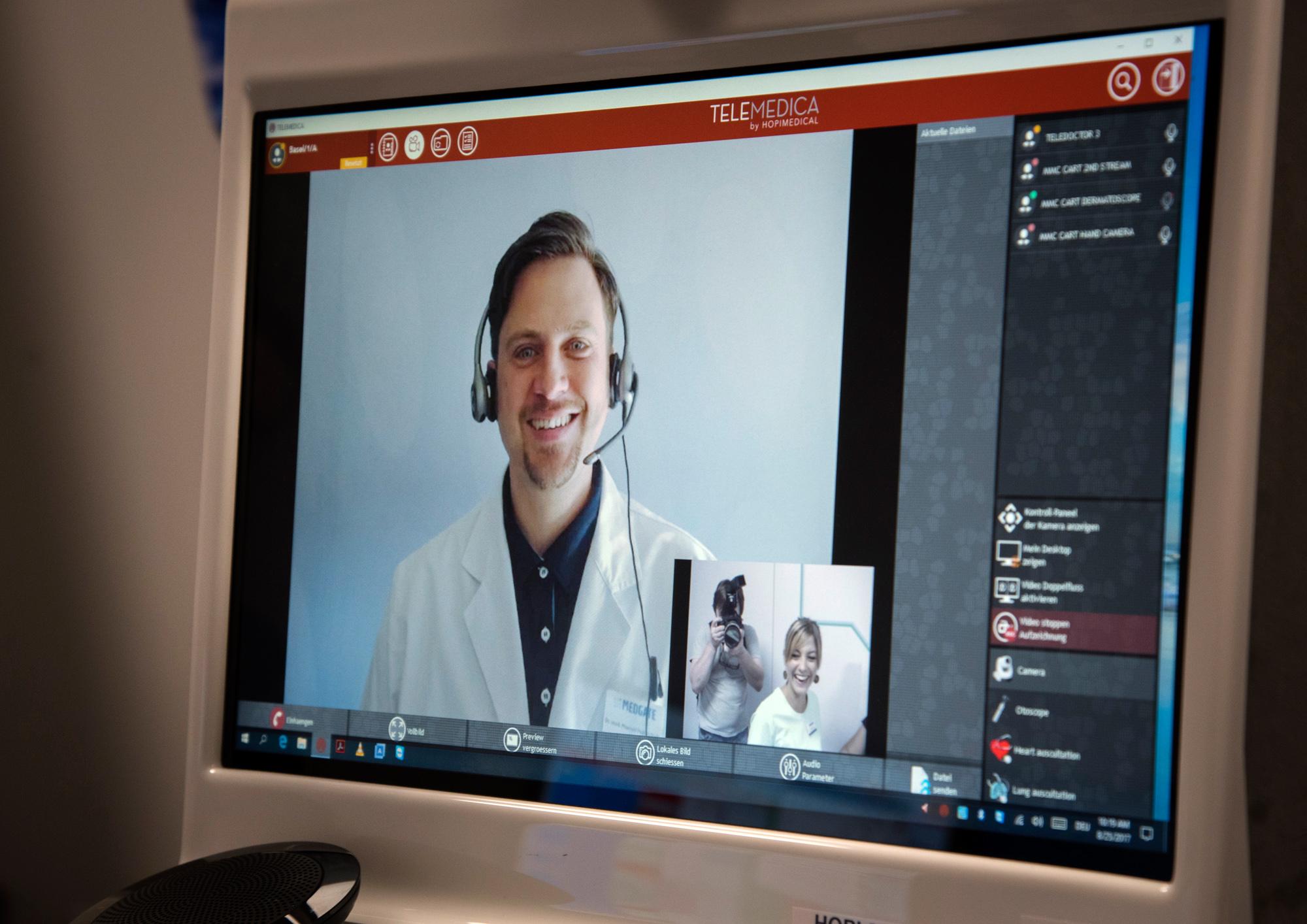 Der Arzt fragt, berät und leitet die Praxis-Assistentin per Skype an.