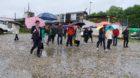 Richter, Gutachter, Parteivertreter und Medienleute im strömenden Regen auf dem Holzpark-Areal.