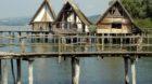 Ganz so nah am Wasser war das Pfahlbauerdorf zwar nicht gebaut, aber die Touristen stört das wenig.