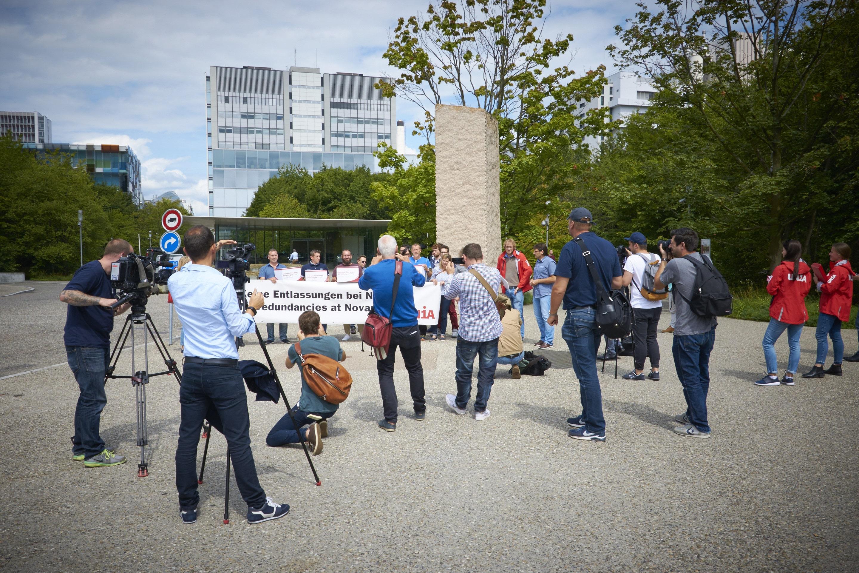 Beinahe mehr Journalisten als Demonstranten fanden sich vor dem Novartis-Campus ein.