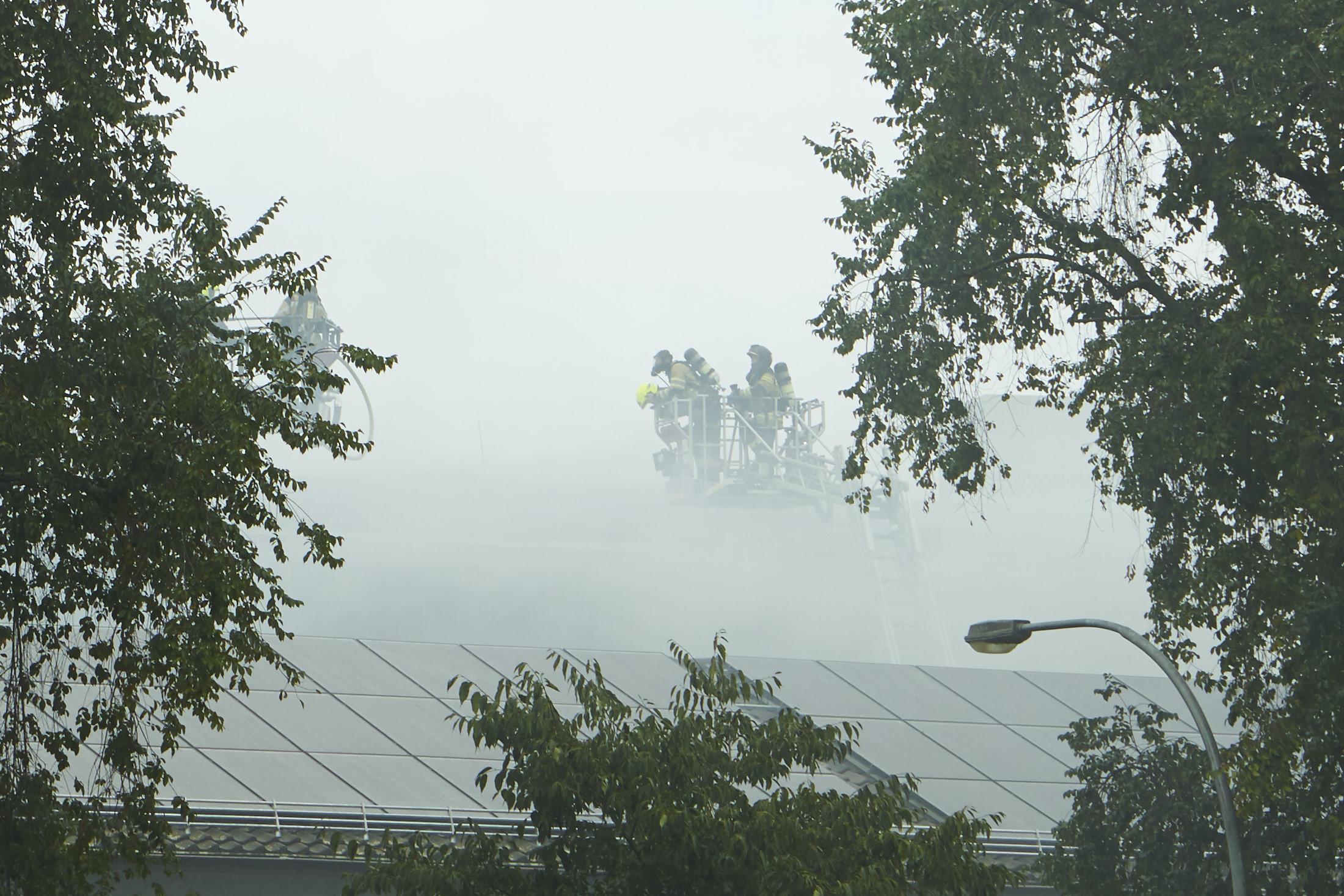 Immer neue Brandherde beschäftigen die Feuerwehr: Einsatz bei der Lagerhalle von Rhenus Logistics.