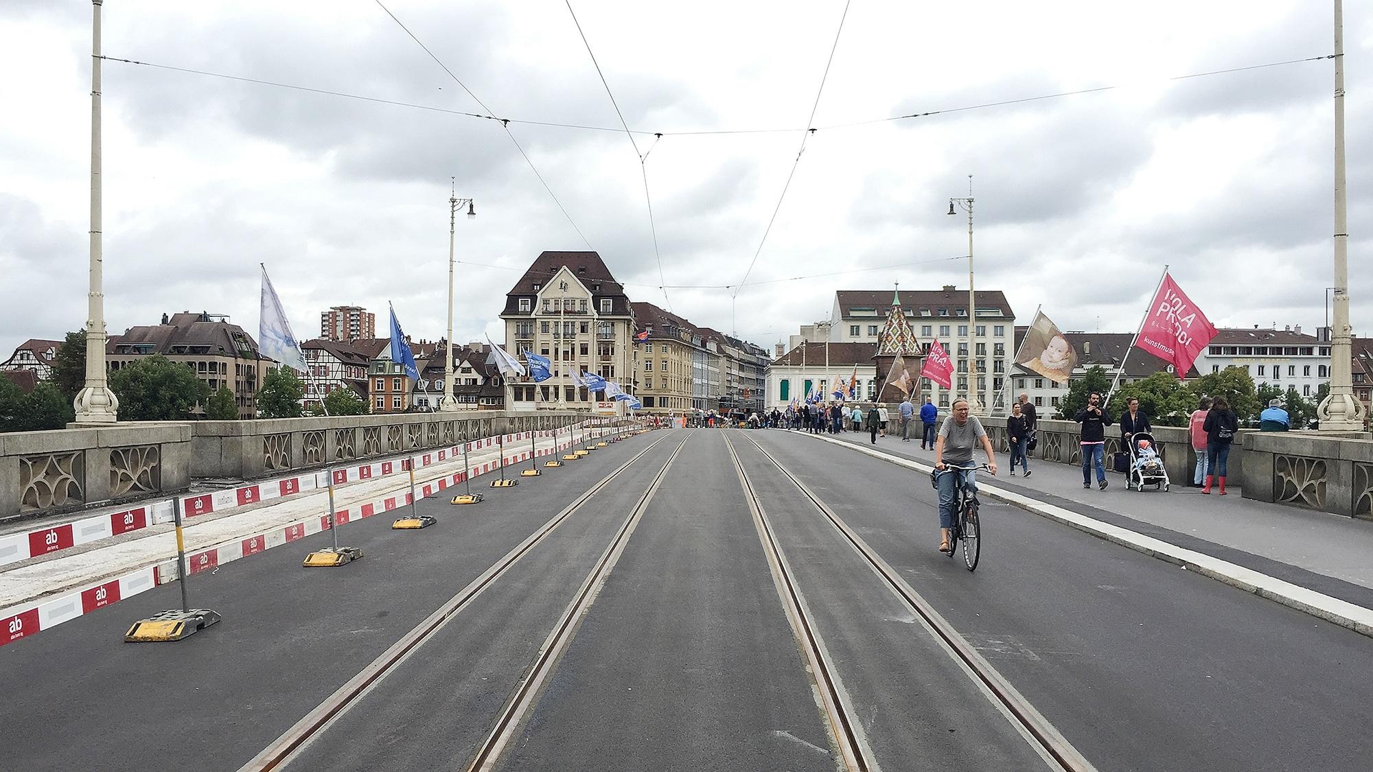 Ab Montag herrscht wieder freie Fahrt für Tram, Bus und Velos über die Mittlere Brücke.