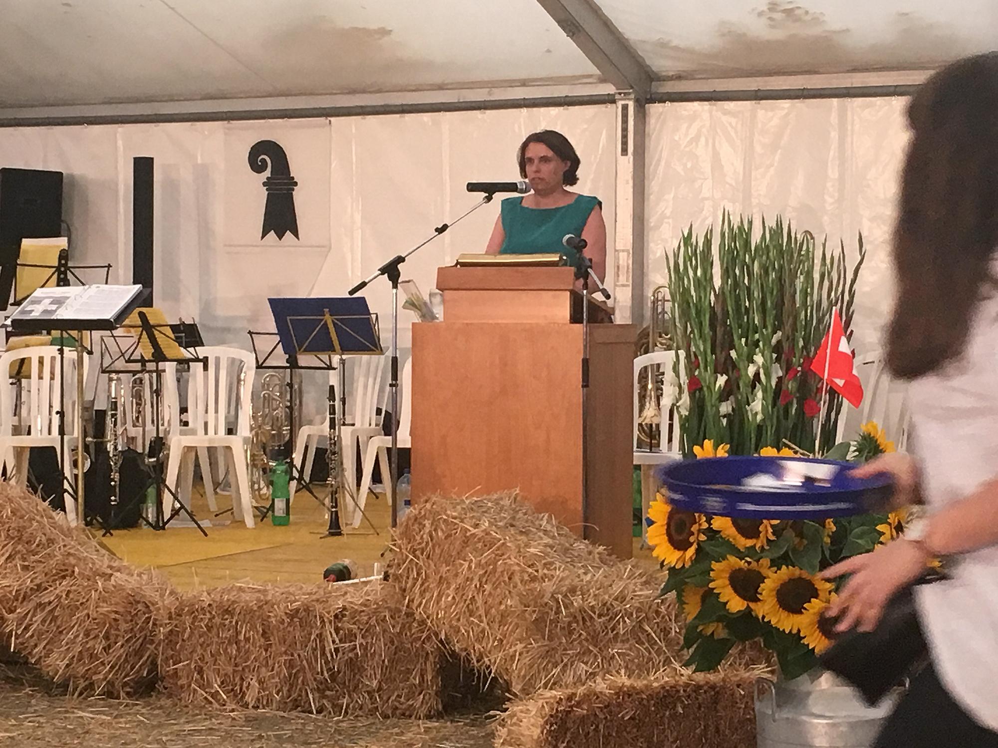 «Grenzen schliessen nicht nur aus, sie halten auch zusammen»: Regierungspräsidentin Elisabeth Ackermann sprach und sang in