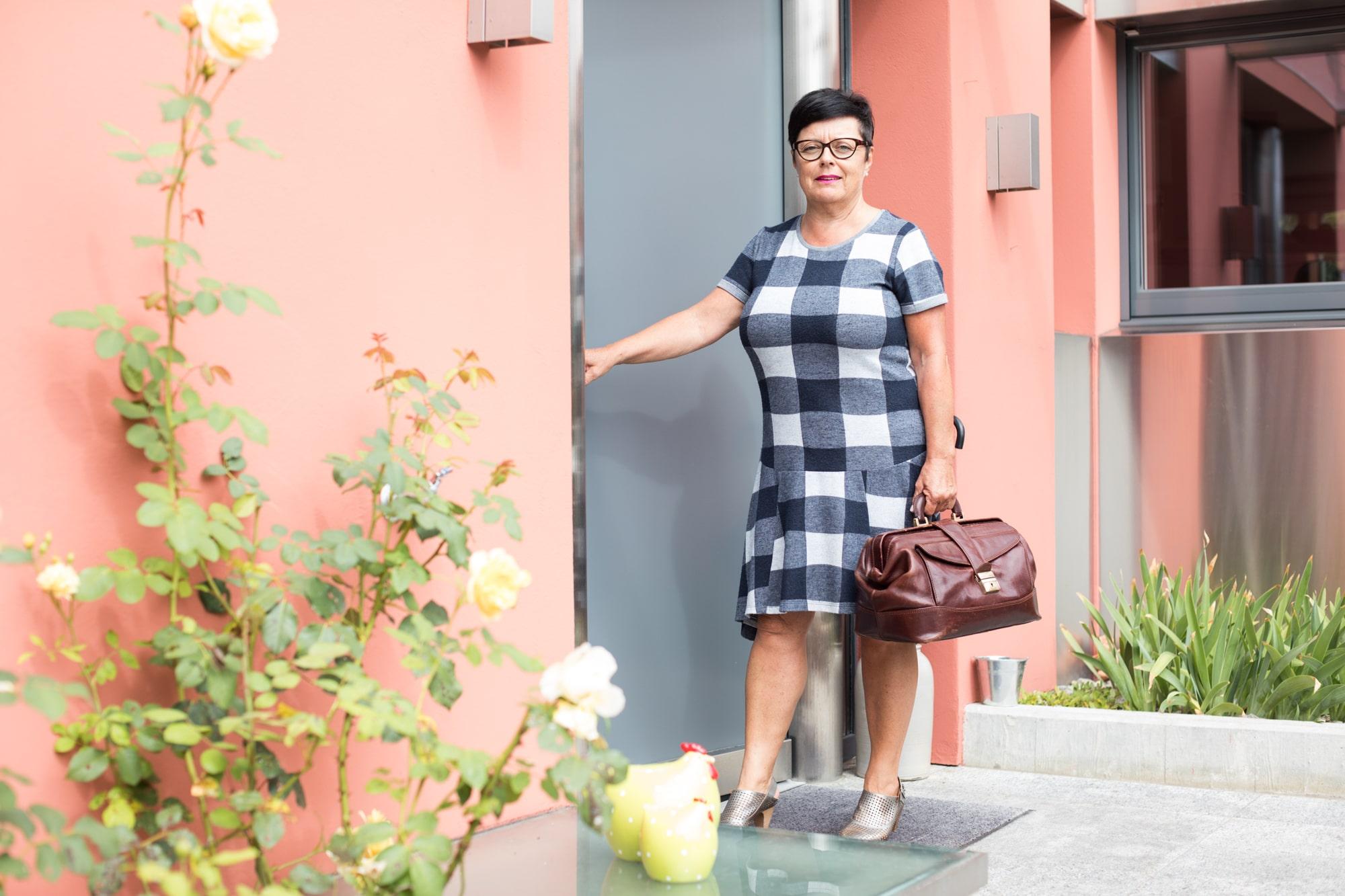 Die Hebamme und Politikerin Lucia Mikeler hat schon etliche Kinder auf die Welt gebracht. Fotografiert in ihrem Zu Hause in B