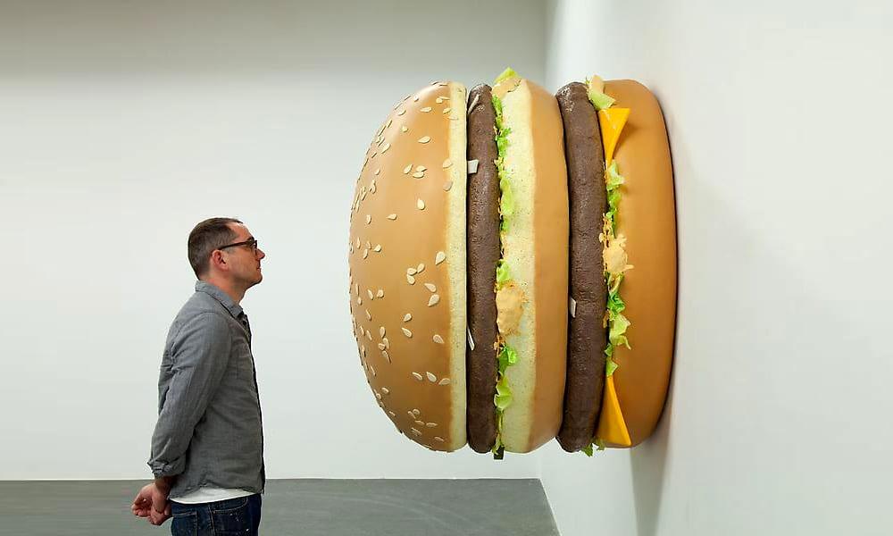 Ein Kunstwerk: Der Big Mac hat den Sprung aus der Kartonbox ins Museum geschafft. Hier hat er den Künstler Tom Friedman insp