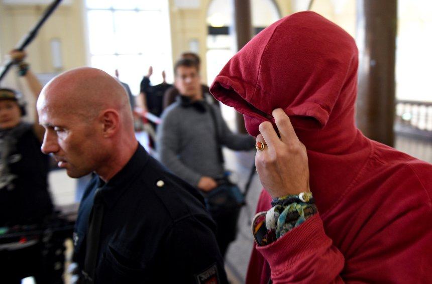 Justizbeamte führen am 28.08.2017 in Hamburg im Strafjustizgebäude einen 21-jährigen Angeklagten aus den Niederlanden zum