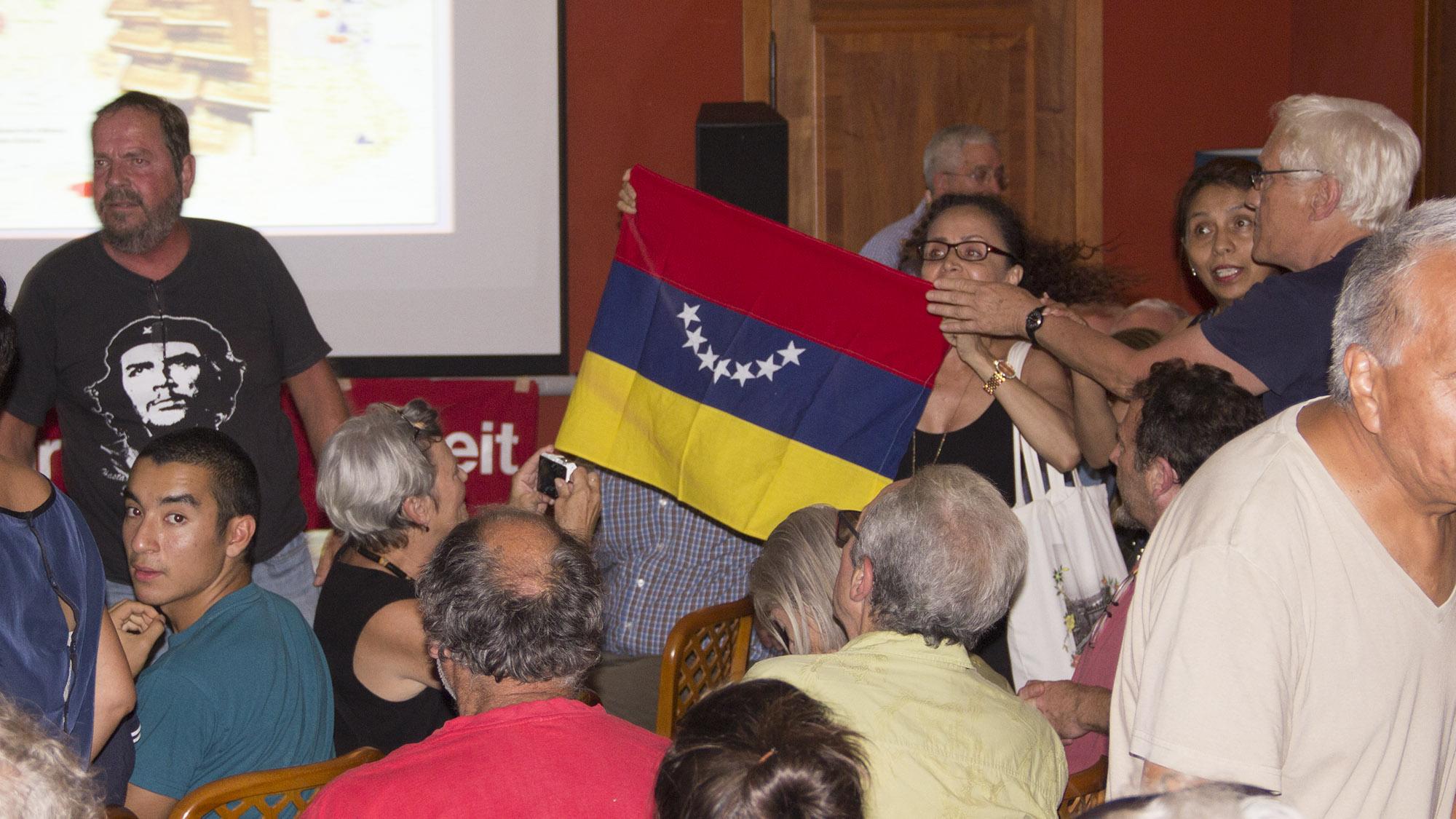 «Alles Lügen!» Eine Maduro-Gegnerin stürmt mit der venezolanischen Flagge die Bühne.