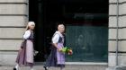 Frauen mit Trachten gehen an einer Filiale der Grossbank Credit Suisse vorbei, am Schweizer Nationalfeiertag, dem 1. August 2