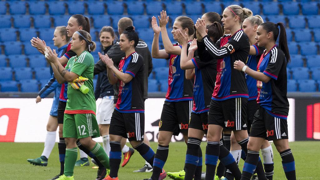 Die Baslerinnen bedanken sich bei den Fans nach dem Fussball Meisterschaftsspiel der Nationalliga A zwischen dem FC Basel 189