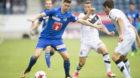 Cedric Itten, links, von Luzern im Spiel gegen Dragan Mihajlovic, Mitte, von Lugano, beim Fussball Meisterschaftsspiel der Su