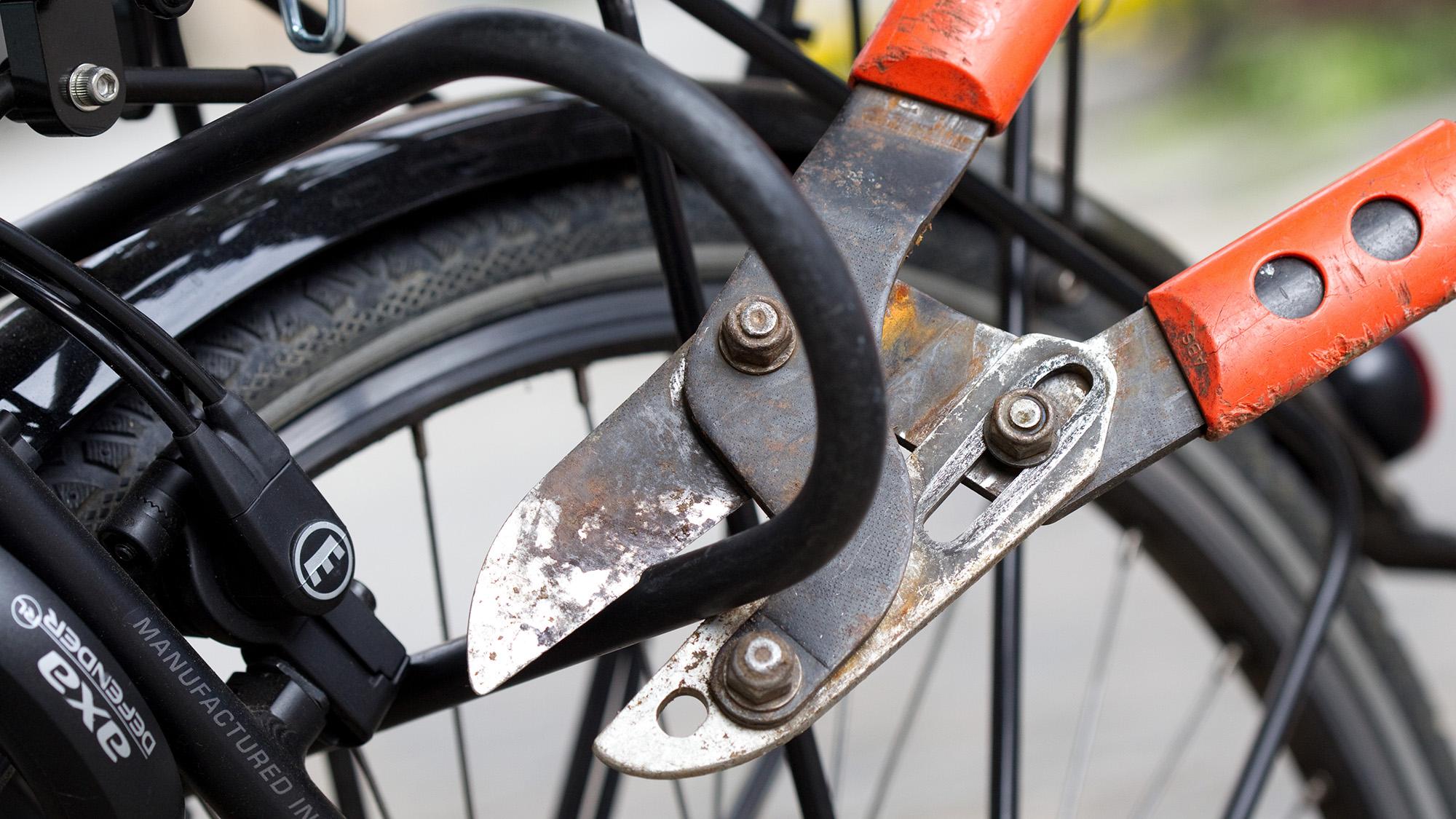 ARCHIV - ILLUSTRATION - Ein Fahrradschloss wird am 31.08.2011 in Rheine (Nordrhein-Westfalen) mit einem Bolzenschneider geˆf