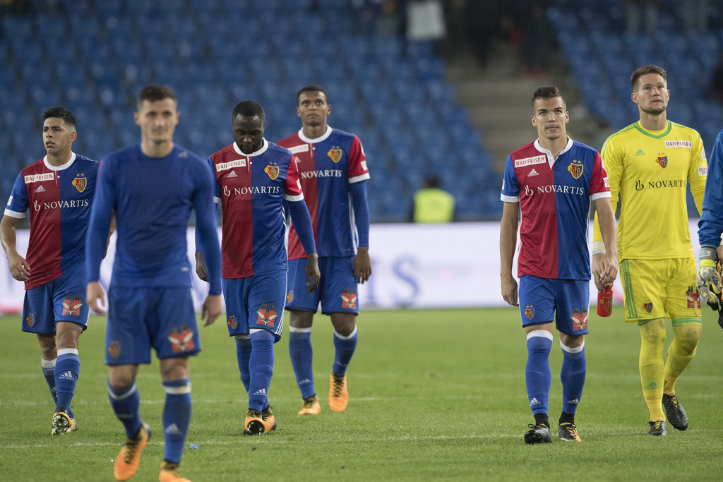 Basels Spieler verlassen das Spielfeld, nach dem Fussball Meisterschaftsspiel der Super League zwischen dem FC Basel 1893 und