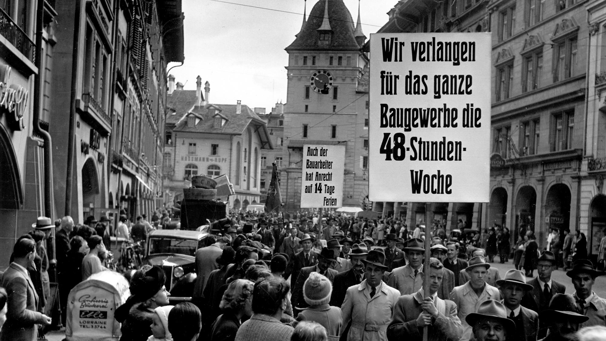 Mitarbeiter des Baugewerbes demonstrieren in Bern auf einem Transparent fuer die 48-Stunden-Woche, aufgenommen am 1. Mai 1943