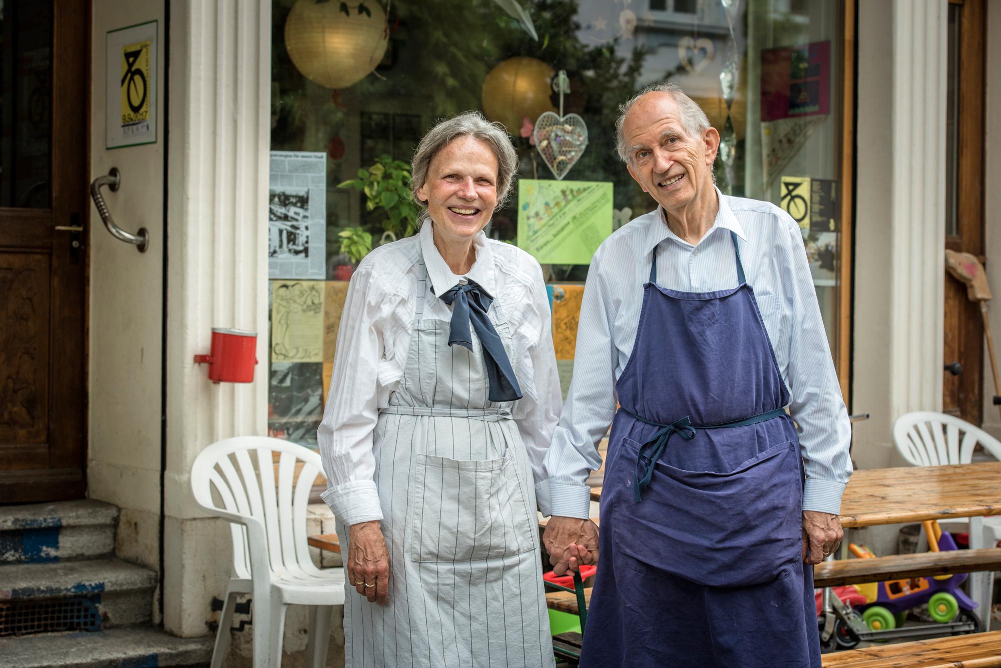 In der Nummer 36 befindet sich das Herzstück der Wohnstrasse. Hier kochen Judith und Ruedi Bachmann jeden Freitag für die A