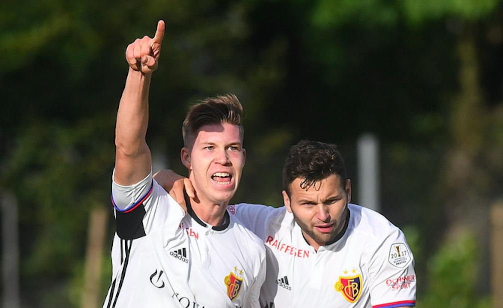 Cedric Itten (links) feiert bei seinem ersten Spiel nach der Rückkehr aus Luzern mit Renato Steffen seinen Treffer gegen Chi