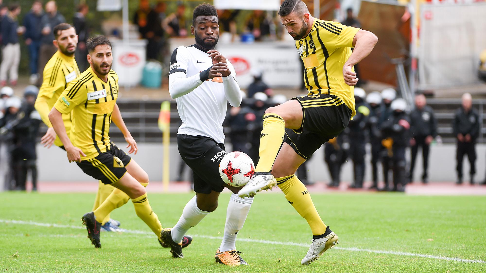 17.09.2017; Basel; Fussball Schweizer Cup - BSC Old Boys Basel - BSC Young Boys; Old Boys Arianit Tasholli gegen Jean-Pierre