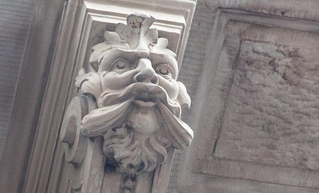 Wer mal mit Entdecken anfängt, sieht sie fast überall: Basels Maskaronen.