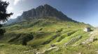 Schroffe Gipfel und saftige Wiesen. Auf dem Pragelpass. Nicht zu sehen: die himmlische Ruhe.