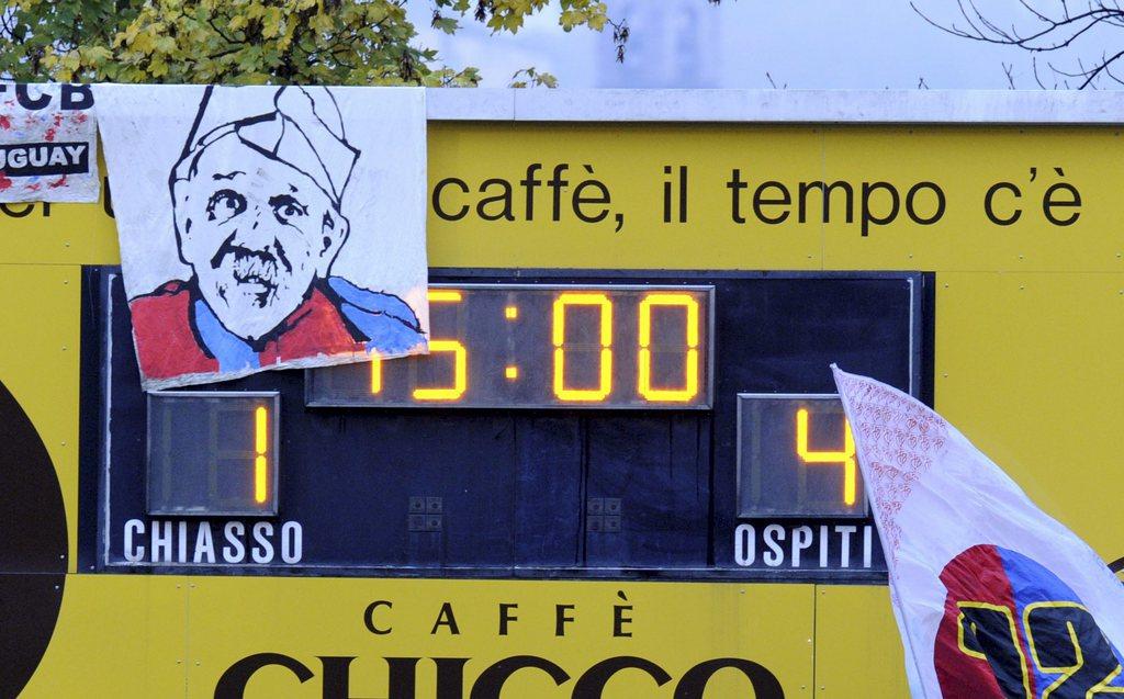 Eine Karikatur von HD Laeppli im FCB-Dress, haengt an der Anzeigetafel beim1-4 Auswaertssieg von Basel, im 1/16 Final des Sch
