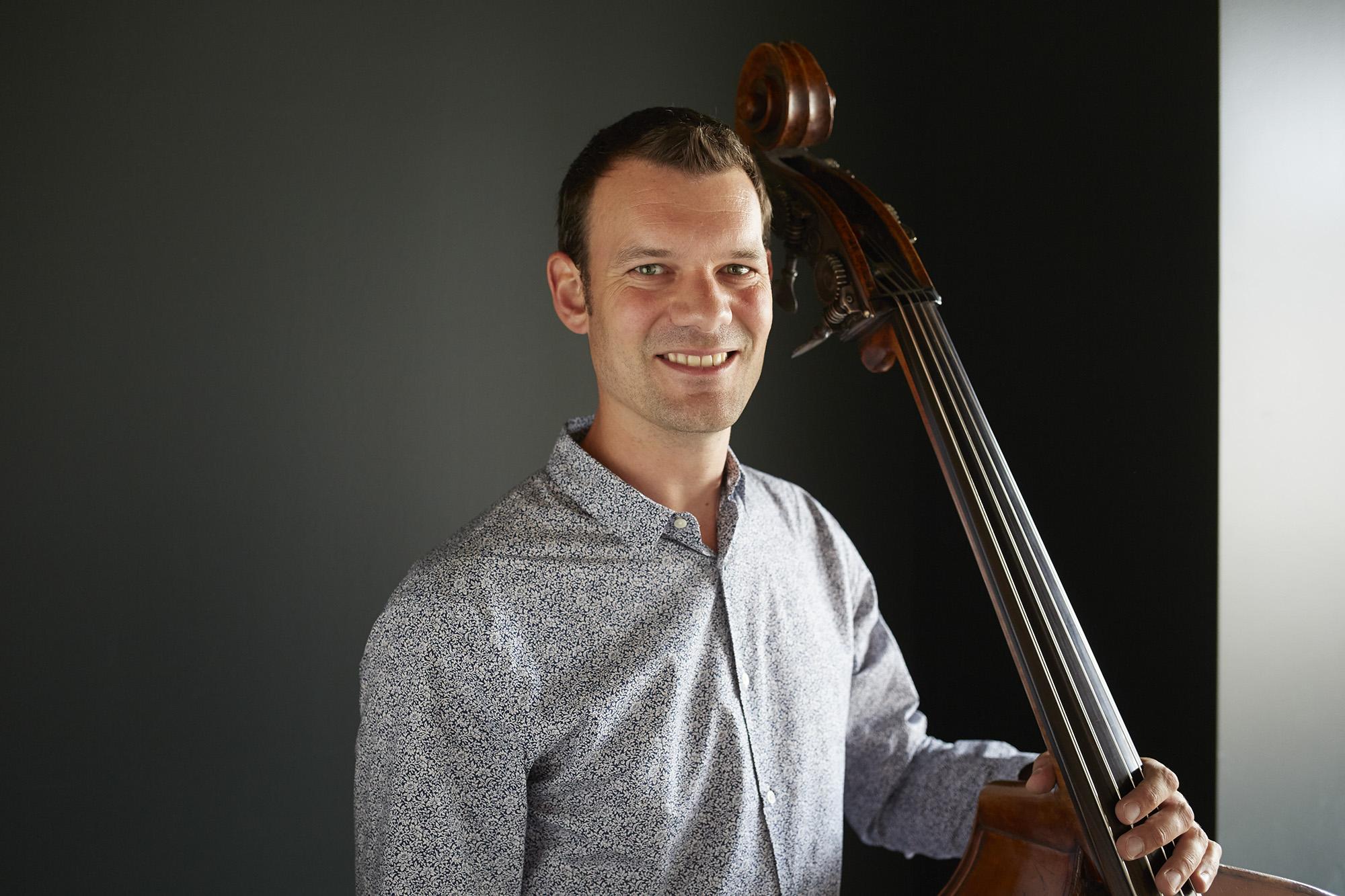 «Hauptsache gross und tief»: Thomas Lähns mit dem Musikinstrument seiner Wahl.