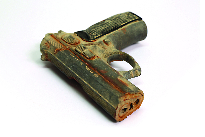 Diese Pistole mit abgesägtem Lauf wurde aus dem Rehin gefischt und ist nun im Museum zu sehen.