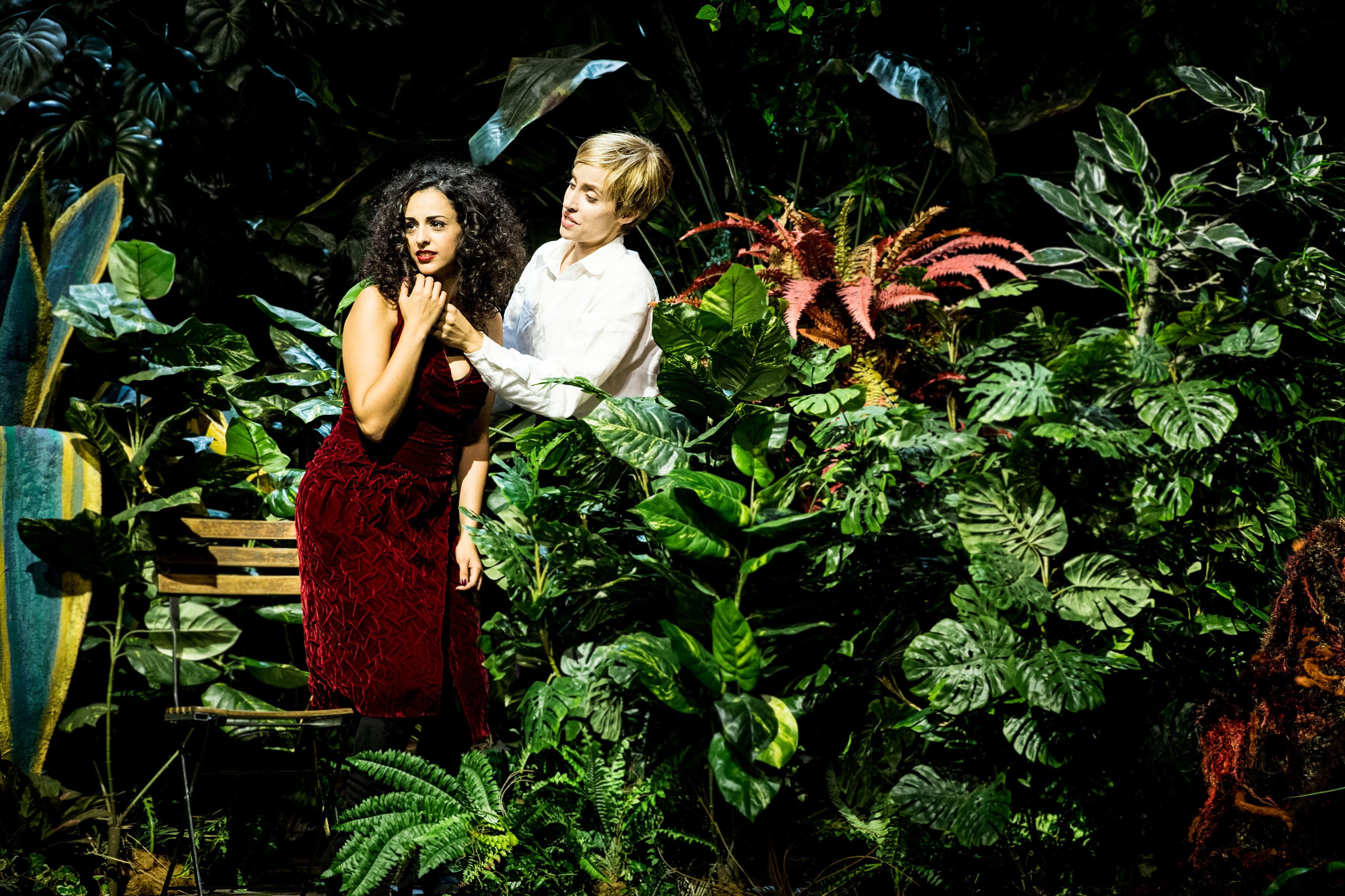 Achtung Symbol: Die Liebenden (Hila Fahima und Kristina Stanek) im künstlichen Paradiesgarten.