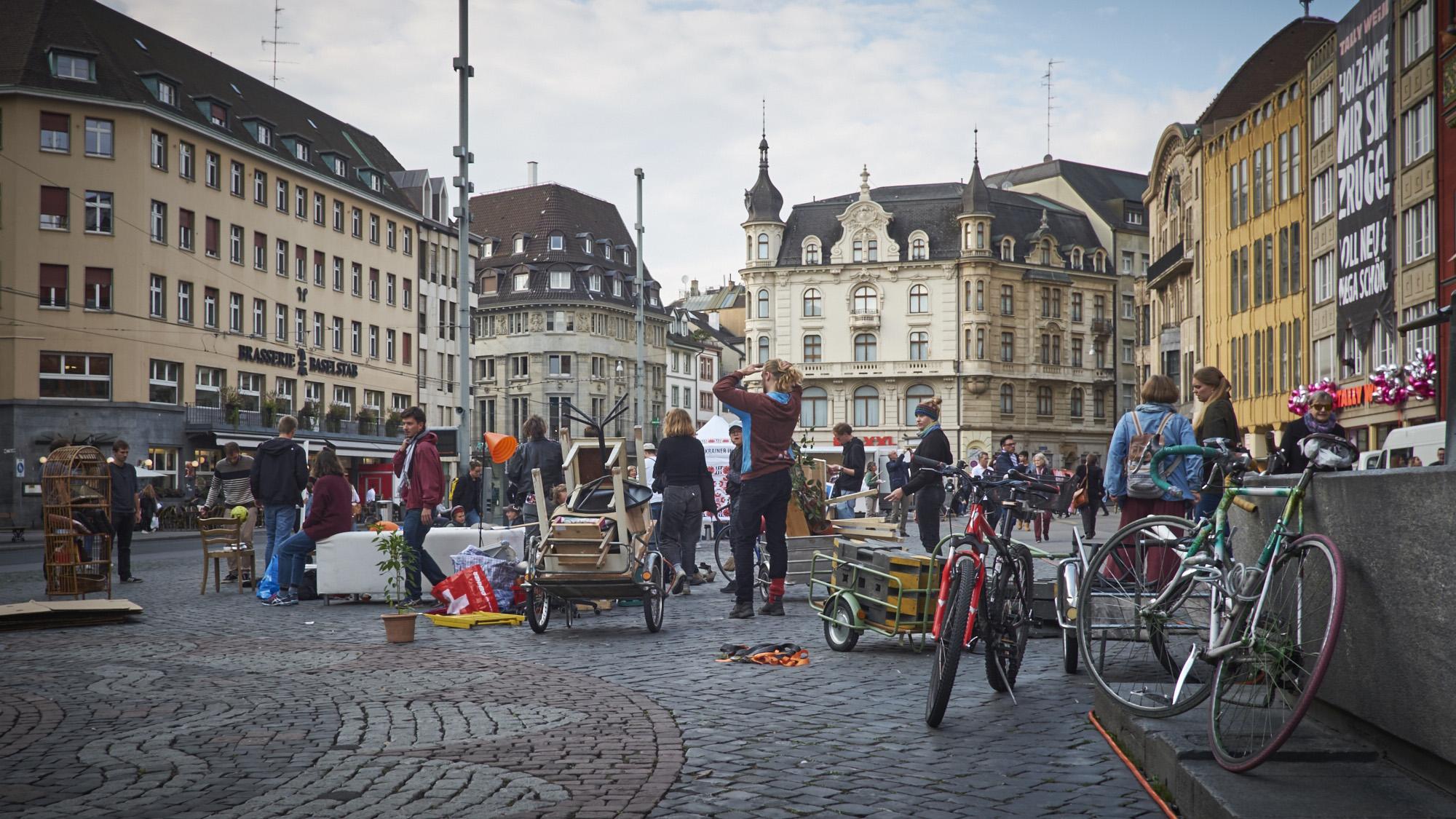 Öffentliches Wohnzimmer: Aktivisten richten sich auf dem Marktplatz ein, um für eine sanftere Wohnraumpolitik zu demonstrie