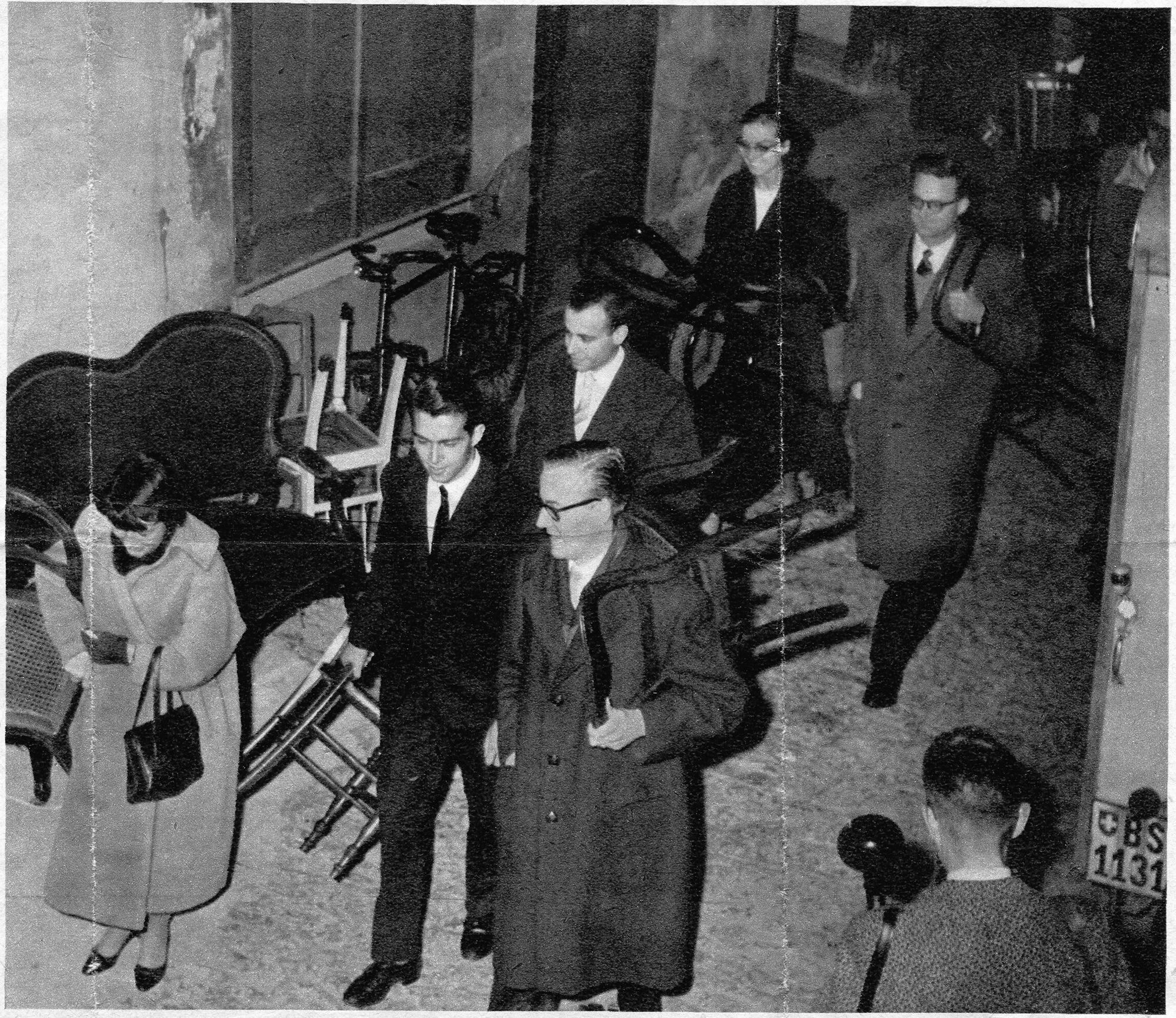Statt mit dem Eintrittsbillett mit dem eigenen Stuhl:  Die erste Vorstellung des Theaters Fauteuil am 27. November 1957.