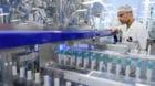 Un employe de Merck travail sur une chaine de conditionnement d'un medicament lors de l'inauguration d'un nouveau batiment de