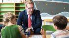 Regierungsrat Conradin Cramer, Vorsteher des Erziehungsdepartements, besucht eine Schulklasse am ersten Schultag im Kanton Ba
